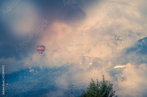 balon-wsrod-osniezonych-gor-i-chmur