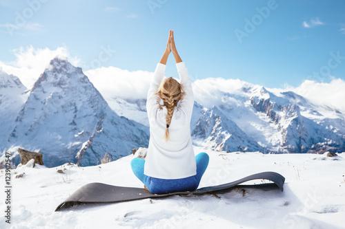 Obraz na płótnie Yoga on mountain in winter