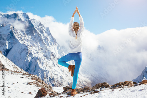 Foto op Aluminium School de yoga Yoga on mountain in winter