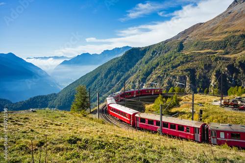 Papiers peints Voies ferrées Graubünden, Schweiz. Mit der Bahn von der Alp Grüm durch das Puschlav nach Tirano