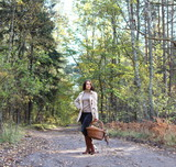 девушка в осеннем лесу с плетеной корзинкой