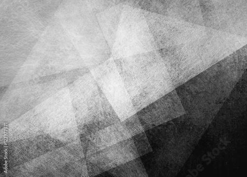 abstrakcyjne czarne tło z białymi przezroczystymi warstwami trójkąta w przypadkowym wzorze, z ziarniste tekstury zarysowania