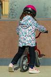 Niña aprendiendo a ir en bicicleta