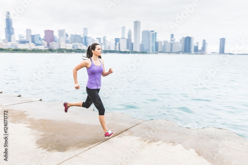 In de dag Jogging Woman jogging with Chicago skyline on background, panning