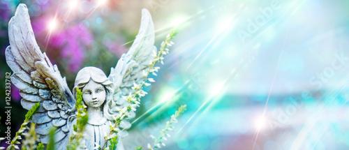 Grabengel mit Lichtern und Blumen als Panorama - 124233782