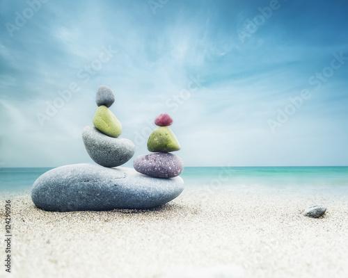 rownowazenie-kolorowa-zen-kamieni-ostroslup-na-piaskowatej-plazy