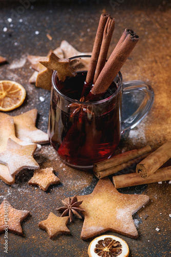 Poster Hot red mulled wine with cookies