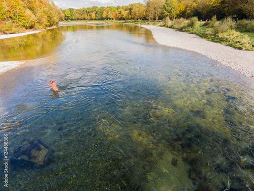 Poster Luftbild Drohnenflug Mann geht durch Fluss