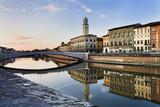 Pisa rzeki Arno odzwierciedlają
