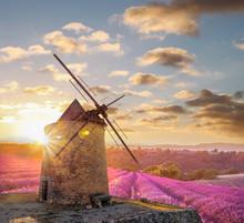 Windmühle mit levander Feld gegen bunten Sonnenuntergang in der Provence, Frankreich