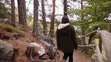 Chica caminando por el bosque en otoño