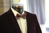 tailcoat_ bow-tie.JPG/ Галстук-бабочка и фрак необычного цвета, надетые на манекен. Фрагмент.