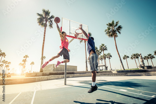 Foto Spatwand Basketbal Friends playing basketball