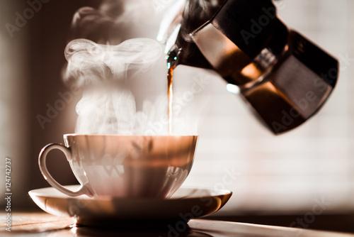 wlewanie-kawy-espresso-do-kubka-do-kawy-z-moka