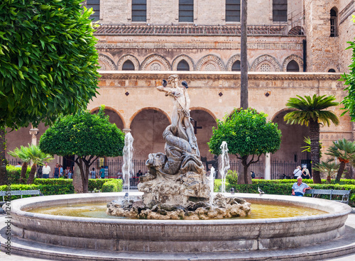 Papiers peints Palerme Fountain on the background of famous cathedral in Monreale near Palermo