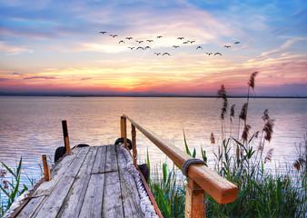 embarcadero en el lago al amanecer