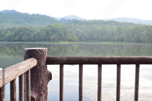 Zdjęcia A view point from wooden balcony with lake and forest background in morning day,chet khot - pong kon sao nature study center,saraburi city,thailand