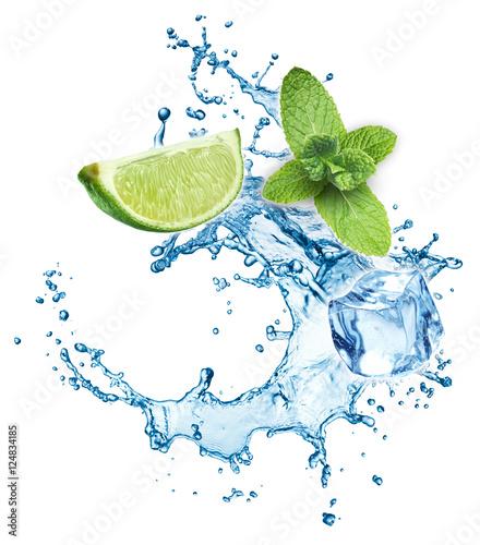 kostki-lodu-liscie-miety-plusk-wody-i-wapna-na-bialym-tle