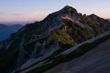 朝日に照らされる燕岳