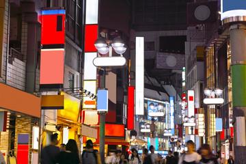 渋谷駅西口の繁華街 © 7maru