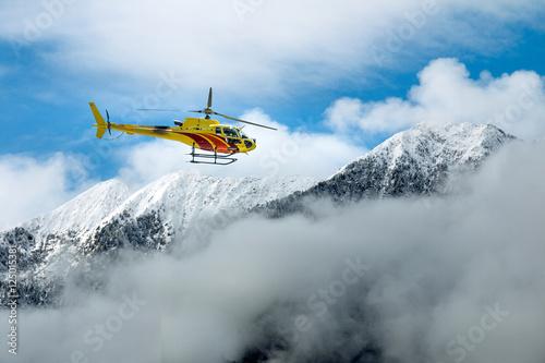 helikopter-lecacy-miedzy-gorami-nad-chmurami