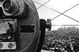 Panorama di New York City visto dall' Empire State Building di Manhattan con un telescopio in primo piano