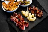 aperitivo a buffet con assaggi di speck e formaggio - 125042163