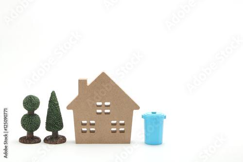 家と青いポリバケツ Poster