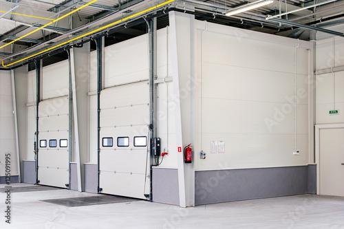 Bramy doków załadunkowych dla samochodów ciężarowych i transportu towaru na hali magazynowej