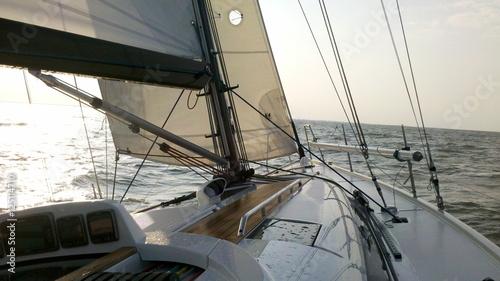 zwycieski-jacht-zeglarski-12-20