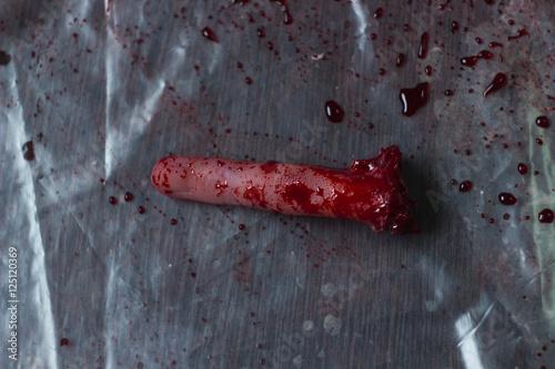 Poster Отрезанная голова мозг сердце уши и пальцы в клиновом сиропе на столе