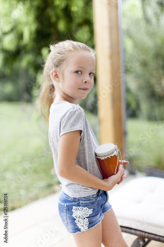 Poster Kind mit Marillenmarmelade
