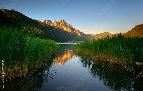 Foto op Canvas Bergen Bei Sonnenuntergang am Haldensee in Tirol, die Gipfel der Alpen erstrahlen im letzten Licht