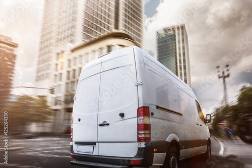 Lieferwagen fährt durch eine Stadt