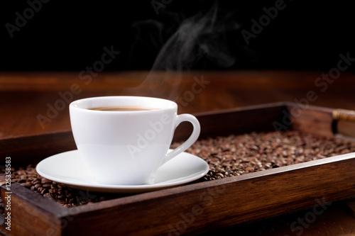 bialy-kubek-parze-kawy-na-tacy