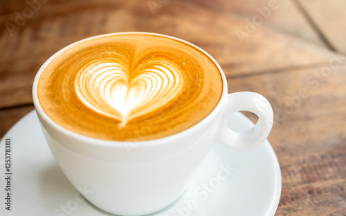 Papiers peints Cafe Close up white coffee cup with heart shape latte art on wood tab