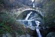 antico ponte in pietra su una cascata