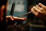 Fryzjer męski, zbliżenie na ręce