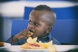 Niño negrito comiendo