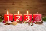 Angezündete dritte Adventskerze in Schnee - 125460522