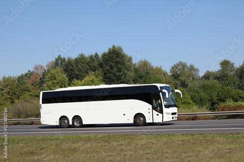 Poster Weißer Bus auf Straße/ Autobahn in Deutschland - Mit viel Textfreiraum