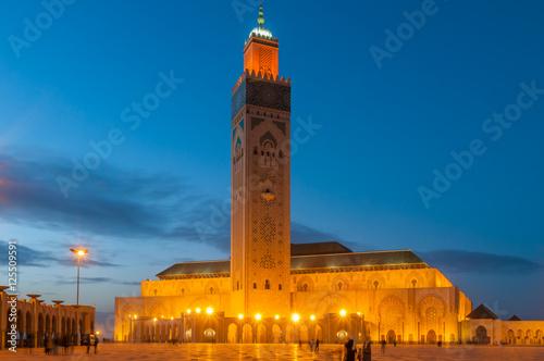 Die Hassan-II.-Moschee in Casablanca zur Blauen Stunde; Marokko Poster