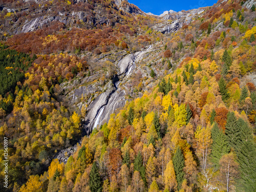 Val di Mello - Valmasino (IT) - Cascata in Località Cà di Rogni - vista aerea au Poster