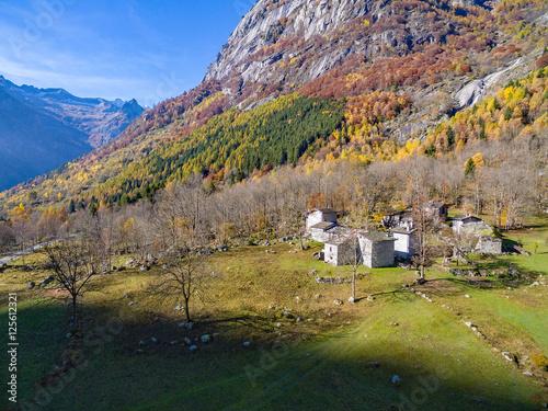 Val di Mello - Valmasino (IT) - Località Cà di Rogni - vista aerea autunnale Poster