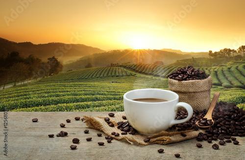 goraca-filizanka-z-kawowymi-fasolami-na-drewnianym-stole