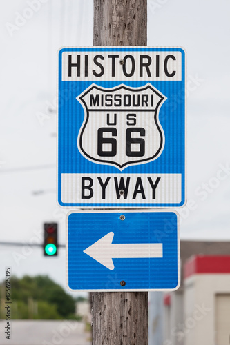 Poster Historic route 66 sign with blur traffic lights background in Mi