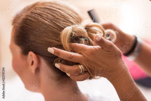 Acconciatura sposa capelli biondi raccolti