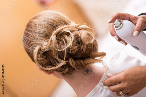 Fotobehang Kapsalon Acconciatura sposa capelli lunghi biondi raccolti