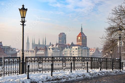 Zdjęcia na płótnie, fototapety na wymiar, obrazy na ścianę : The Old Town of Gdansk, view from Stara Motlawa, frozen canal in winter