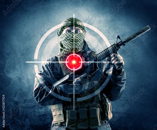 zamaskowany-terrorysta-z-pistoletem-i-celownikiem-laserowym-na-jego